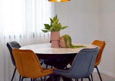 עיצוב פינת אוכל עגולה בדירה קטנה